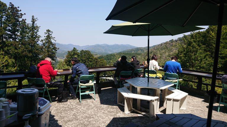 【ほんたき 山のカフェ】オープンテラスから山々を眺めて食べる薬膳カレーは極旨だ